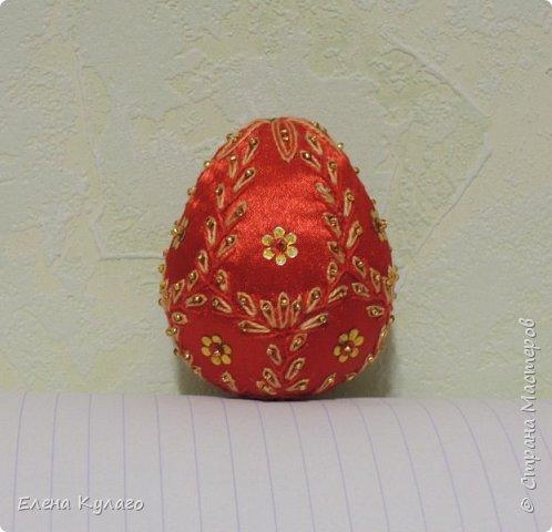 Яйца сшиты полностью вручную из креп-атласа , наполнитель - файбертек. Ручная вышивка, бисер, пайетки. фото 7
