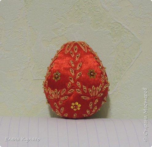 Яйца сшиты полностью вручную из креп-атласа , наполнитель - файбертек. Ручная вышивка, бисер, пайетки. фото 8