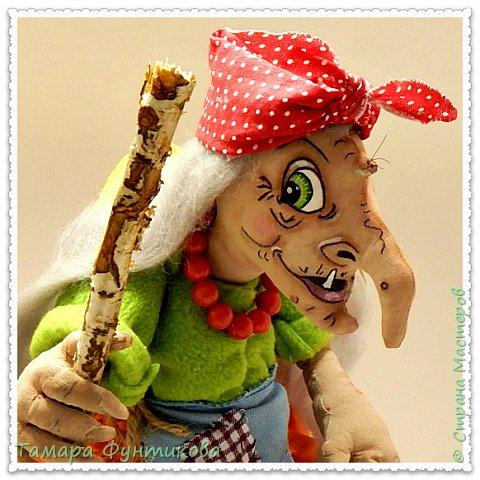 Игрушки и куклы шью несколько лет, но сшить бабку Ёжку решилась только сейчас..   Выполнена  кукла и ступа из бязи в технике грунтованный текстиль, руки и ноги каркасные.  фото 2
