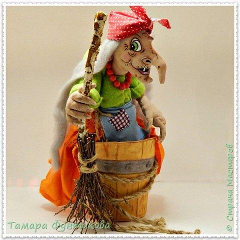 Игрушки и куклы шью несколько лет, но сшить бабку Ёжку решилась только сейчас..   Выполнена  кукла и ступа из бязи в технике грунтованный текстиль, руки и ноги каркасные.  фото 1