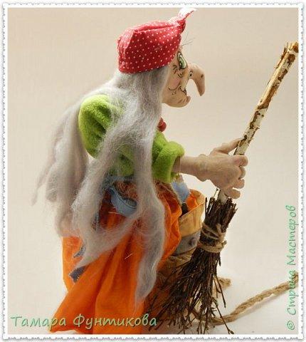 Игрушки и куклы шью несколько лет, но сшить бабку Ёжку решилась только сейчас..   Выполнена  кукла и ступа из бязи в технике грунтованный текстиль, руки и ноги каркасные.  фото 3
