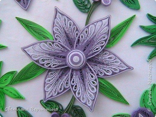 Очень понравился мастер-класс по изготовлению фигурных цветов (на расческе). Спасибо за Ваши творческие изыскания. Листики в картине - остатки. Серединки маленьких цветков - пластмассовые блестящие стразы. фото 3