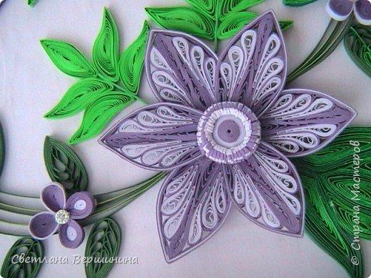 Очень понравился мастер-класс по изготовлению фигурных цветов (на расческе). Спасибо за Ваши творческие изыскания. Листики в картине - остатки. Серединки маленьких цветков - пластмассовые блестящие стразы. фото 4