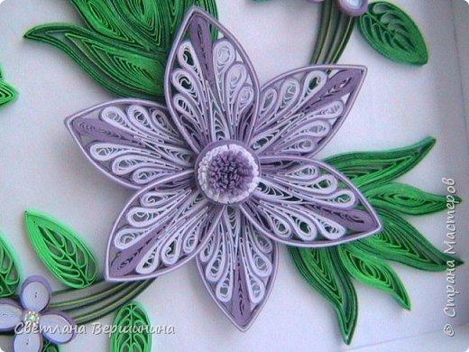 Очень понравился мастер-класс по изготовлению фигурных цветов (на расческе). Спасибо за Ваши творческие изыскания. Листики в картине - остатки. Серединки маленьких цветков - пластмассовые блестящие стразы. фото 2
