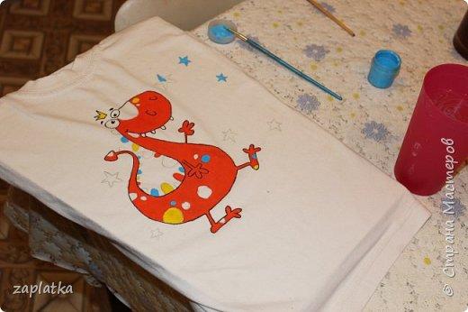 решила попробовать расписать доче футболку.. так сказать набивала руку.. красками декола по ткани и спец. контуром.. фото 1