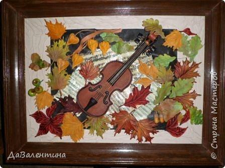 """Приветствую всех, кто зашел на мою страничку. Давненько я ничего не выставляла. Картин накопилось много, не знала даже что вперед выставить. Но так как сейчас осень в самом разгаре, выставляю осеннюю картину. Назвала я её - """"Забытая мелодия"""", так как скрипка с нотами как бы засыпана листьями, в общем, позабыли инструмент и пока музыка не льётся.  Картина размером 70см х 50см без рамы. Сегодня будет Мини МК, т.к. практически описание изготовления всех деталей есть в МК """"Осенний Париж"""" http://stranamasterov.ru/node/959860 Рама в этой картине тоже декорирована мною специально. Рама деревянная б/у, досталась по случаю, выкрашена была коричневой краской. Думала пошкурить её и перекрасить, но когда сняла слой краски, рама оказалась такой прикольной потёртости, что я решила не перекрашивать, а просто покрыла её лаком в несколько слоёв. А сейчас повертим картину с разных сторон.  фото 40"""