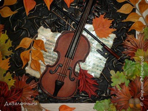 """Приветствую всех, кто зашел на мою страничку. Давненько я ничего не выставляла. Картин накопилось много, не знала даже что вперед выставить. Но так как сейчас осень в самом разгаре, выставляю осеннюю картину. Назвала я её - """"Забытая мелодия"""", так как скрипка с нотами как бы засыпана листьями, в общем, позабыли инструмент и пока музыка не льётся.  Картина размером 70см х 50см без рамы. Сегодня будет Мини МК, т.к. практически описание изготовления всех деталей есть в МК """"Осенний Париж"""" http://stranamasterov.ru/node/959860 Рама в этой картине тоже декорирована мною специально. Рама деревянная б/у, досталась по случаю, выкрашена была коричневой краской. Думала пошкурить её и перекрасить, но когда сняла слой краски, рама оказалась такой прикольной потёртости, что я решила не перекрашивать, а просто покрыла её лаком в несколько слоёв. А сейчас повертим картину с разных сторон.  фото 3"""