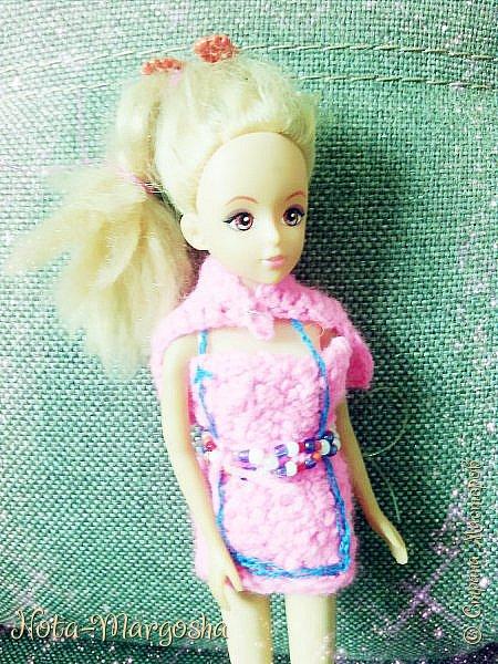 Здравствуйте,  жители СМ!  Сама в куклы не играю. Я просто начала вязать крючком.  И сначала решила связать маленький гардеробчик куколке моей младшей сестрёнки (3 годика).  Куколка по наследству перешла.  В комплект к платью есть накидка и заколка из бисера.  фото 1