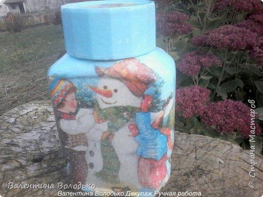 Добрый день мастера и мастерицы!!Внук попросил сделать ему красивую баночку,сделала две на выбор,с дедом Морозом понравилась больше.С одной стороны дети лепят снежную бабу,а с другой дед Мороз с подарками и  идет снег. фото 3