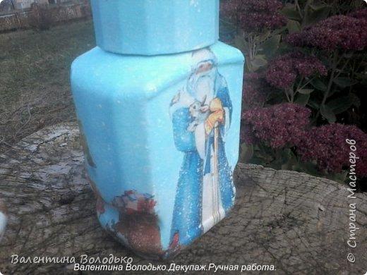Добрый день мастера и мастерицы!!Внук попросил сделать ему красивую баночку,сделала две на выбор,с дедом Морозом понравилась больше.С одной стороны дети лепят снежную бабу,а с другой дед Мороз с подарками и  идет снег. фото 4