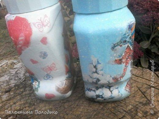 Добрый день мастера и мастерицы!!Внук попросил сделать ему красивую баночку,сделала две на выбор,с дедом Морозом понравилась больше.С одной стороны дети лепят снежную бабу,а с другой дед Мороз с подарками и  идет снег. фото 7