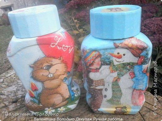 Добрый день мастера и мастерицы!!Внук попросил сделать ему красивую баночку,сделала две на выбор,с дедом Морозом понравилась больше.С одной стороны дети лепят снежную бабу,а с другой дед Мороз с подарками и  идет снег. фото 1
