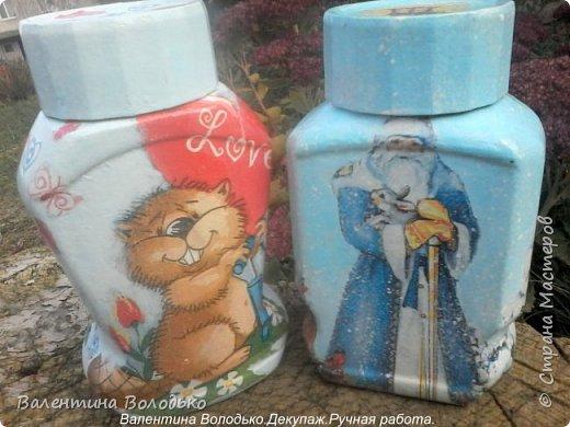 Добрый день мастера и мастерицы!!Внук попросил сделать ему красивую баночку,сделала две на выбор,с дедом Морозом понравилась больше.С одной стороны дети лепят снежную бабу,а с другой дед Мороз с подарками и  идет снег. фото 2