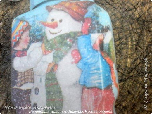 Добрый день мастера и мастерицы!!Внук попросил сделать ему красивую баночку,сделала две на выбор,с дедом Морозом понравилась больше.С одной стороны дети лепят снежную бабу,а с другой дед Мороз с подарками и  идет снег. фото 8