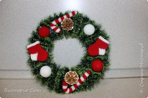 Добрый день! Скоро Новый год! Пора подумать о том, как мы будем украшать наш дом в этот волшебный праздник. Предлагаю сделать очень несложные новогодние венки! фото 1