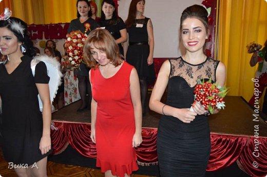 Здравствуйте! Приглашаю вас взглянуть на этих замечательных женщин. Они так скромно стоят на маленькой сцене, они - настоящие волшебницы с золотыми ручками! Благодаря им, их труду, их умению видеть и создавать красоту состоялся первый Фестиваль Свит-Дизайна!  фото 15