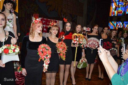 Здравствуйте! Приглашаю вас взглянуть на этих замечательных женщин. Они так скромно стоят на маленькой сцене, они - настоящие волшебницы с золотыми ручками! Благодаря им, их труду, их умению видеть и создавать красоту состоялся первый Фестиваль Свит-Дизайна!  фото 5