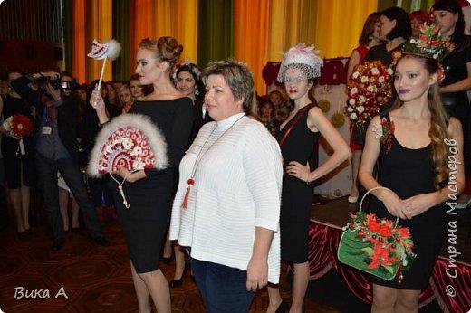 Здравствуйте! Приглашаю вас взглянуть на этих замечательных женщин. Они так скромно стоят на маленькой сцене, они - настоящие волшебницы с золотыми ручками! Благодаря им, их труду, их умению видеть и создавать красоту состоялся первый Фестиваль Свит-Дизайна!  фото 7
