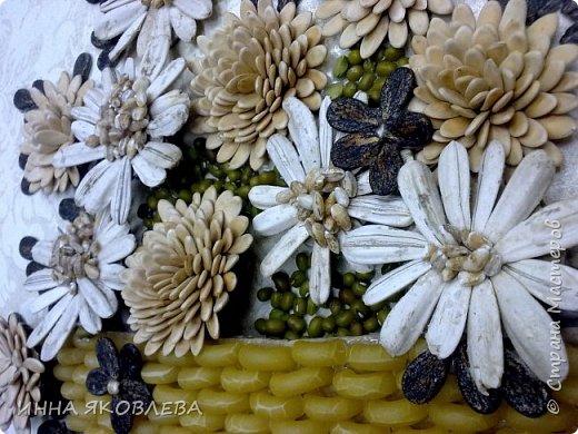 На создание нас вдохновила работа Олечки Симоновой. Конечно, мы использовали другие материалы, те, что были под рукой. -макароны -семечки тыквы -семена подсолнуха -маш -семечки дыни -семечки арбуза -семечки перца -лля серединок цветов кукурузная крупа и перловка фото 2
