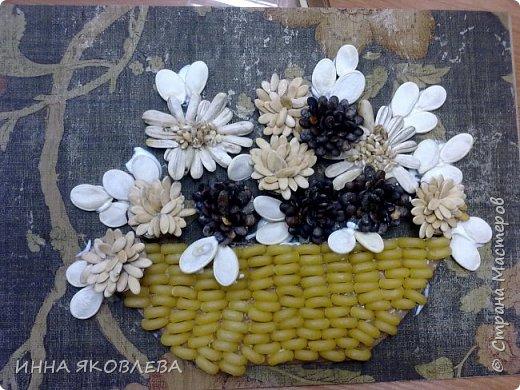 На создание нас вдохновила работа Олечки Симоновой. Конечно, мы использовали другие материалы, те, что были под рукой. -макароны -семечки тыквы -семена подсолнуха -маш -семечки дыни -семечки арбуза -семечки перца -лля серединок цветов кукурузная крупа и перловка фото 8