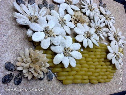 На создание нас вдохновила работа Олечки Симоновой. Конечно, мы использовали другие материалы, те, что были под рукой. -макароны -семечки тыквы -семена подсолнуха -маш -семечки дыни -семечки арбуза -семечки перца -лля серединок цветов кукурузная крупа и перловка фото 9