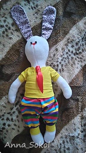 Выкройку нашла в ВК. Старшему сыночку  шила Мишку,самую первую свою игрушку.Ну и по традиции решила и младшему сшить. Зайку шила полностью в ручную,пока качала сыночка спать.За один день. фото 1