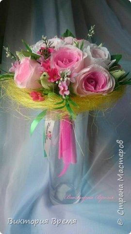 Я влюбилась в этот букет!  Честно -честно!  Долго думала чем разбавить розы и взгляд упал на маленькие ярко-розовые цветочки, давно они ждали этого момента. Не ожидала что букет так преобразится!  Любите и жалуйте!  фото 1