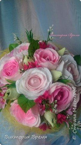 Я влюбилась в этот букет!  Честно -честно!  Долго думала чем разбавить розы и взгляд упал на маленькие ярко-розовые цветочки, давно они ждали этого момента. Не ожидала что букет так преобразится!  Любите и жалуйте!  фото 3