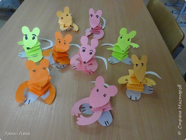 Вот такое семейство весёлых мышек-попрыгушек появилось у нас в один из субботних дней. В их основе плетёная гармошка из полосок. При надавливании сверху, она легко складывается, если же палец отпустить - гармошка опять распрямляется, и мышка немного подпрыгивает, потому дети и назвали их попрыгушками. фото 1
