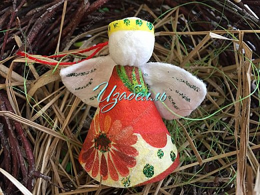 """Дорогие гости! На стене страны мастеров я увидела мк ангелов http://stranamasterov.ru/node/1052665#comment-14216906 из ватных дисков. Вдохновившись этой идеей (Спасибо, Ирине!) я решила поэкспериментировать.Для ангела необходимо: 1. Вискозные салфетки разных цветов (синие, желтые и т.д.); 2. Ватные диски; 3. клей карандаш и клей момент; 4. гель-блеск для декора крыльев и нимба; 5. ножницы и нитки """"Ирис""""; 6. Клей+ вода в равных пропорциях. фото 1"""