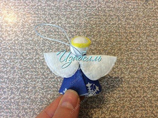 """Дорогие гости! На стене страны мастеров я увидела мк ангелов http://stranamasterov.ru/node/1052665#comment-14216906 из ватных дисков. Вдохновившись этой идеей (Спасибо, Ирине!) я решила поэкспериментировать.Для ангела необходимо: 1. Вискозные салфетки разных цветов (синие, желтые и т.д.); 2. Ватные диски; 3. клей карандаш и клей момент; 4. гель-блеск для декора крыльев и нимба; 5. ножницы и нитки """"Ирис""""; 6. Клей+ вода в равных пропорциях. фото 21"""