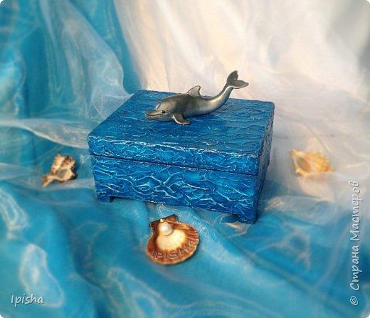 В бескрайних водах океана Дельфин с Русалкой повстречались. В безмолвном танце закружились, На крыльях в небеса поднялись.  Плескали волны всё о скалы, Ветер свистел не умолкая. Дельфин с Русалкой в вихре танца Под шум прибоя растворялись.  автор: Небесные Крылья  подарок на ДР молодой девушке, был  заказ, дельфин обязательно потому что она их обожает вот такая получилась шкатулка,  внутри отделка синий бархат   фото 1