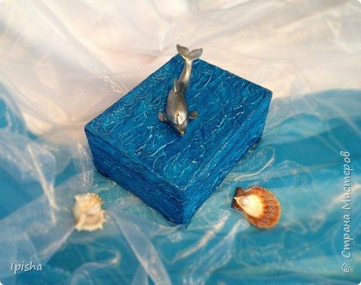 В бескрайних водах океана Дельфин с Русалкой повстречались. В безмолвном танце закружились, На крыльях в небеса поднялись.  Плескали волны всё о скалы, Ветер свистел не умолкая. Дельфин с Русалкой в вихре танца Под шум прибоя растворялись.  автор: Небесные Крылья  подарок на ДР молодой девушке, был  заказ, дельфин обязательно потому что она их обожает вот такая получилась шкатулка,  внутри отделка синий бархат   фото 2