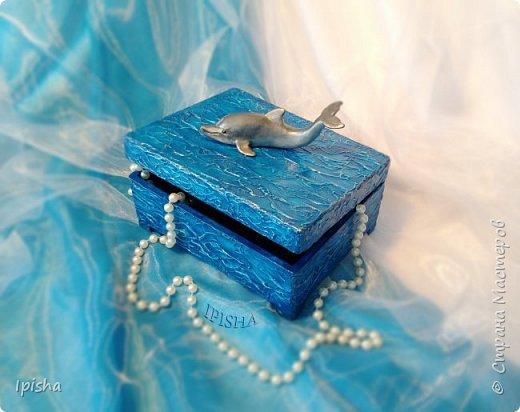 В бескрайних водах океана Дельфин с Русалкой повстречались. В безмолвном танце закружились, На крыльях в небеса поднялись.  Плескали волны всё о скалы, Ветер свистел не умолкая. Дельфин с Русалкой в вихре танца Под шум прибоя растворялись.  автор: Небесные Крылья  подарок на ДР молодой девушке, был  заказ, дельфин обязательно потому что она их обожает вот такая получилась шкатулка,  внутри отделка синий бархат   фото 4