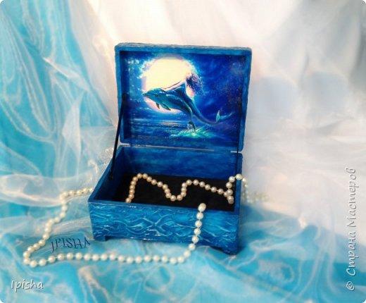 В бескрайних водах океана Дельфин с Русалкой повстречались. В безмолвном танце закружились, На крыльях в небеса поднялись.  Плескали волны всё о скалы, Ветер свистел не умолкая. Дельфин с Русалкой в вихре танца Под шум прибоя растворялись.  автор: Небесные Крылья  подарок на ДР молодой девушке, был  заказ, дельфин обязательно потому что она их обожает вот такая получилась шкатулка,  внутри отделка синий бархат   фото 5