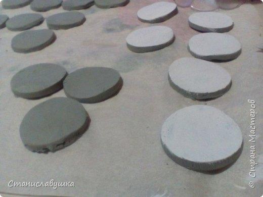 Здравствуйте! Представляю вашему вниманию волшебные монетки с изображением стилизованных петушков, которые исполняют желания. Почему монеты? Они небольшого размера, их можно носить с собой (а для чего - узнаете в конце;)).  фото 3