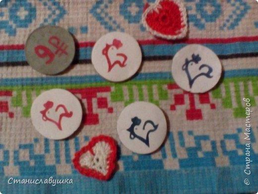 Здравствуйте! Представляю вашему вниманию волшебные монетки с изображением стилизованных петушков, которые исполняют желания. Почему монеты? Они небольшого размера, их можно носить с собой (а для чего - узнаете в конце;)).  фото 6