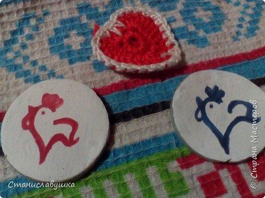Здравствуйте! Представляю вашему вниманию волшебные монетки с изображением стилизованных петушков, которые исполняют желания. Почему монеты? Они небольшого размера, их можно носить с собой (а для чего - узнаете в конце;)).  фото 1