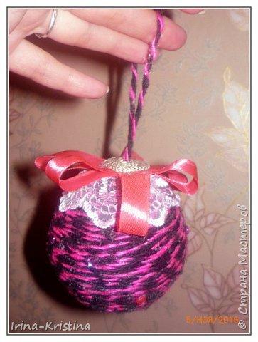 Новогодний шар. Используем шерстяные нитки,шпагат или др. материал, пенопластовый шар, ленты,кружева, полубусины, 2 булавки. фото 10