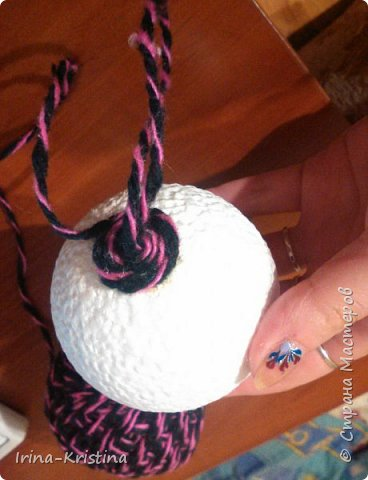 Новогодний шар. Используем шерстяные нитки,шпагат или др. материал, пенопластовый шар, ленты,кружева, полубусины, 2 булавки. фото 2