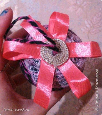 Новогодний шар. Используем шерстяные нитки,шпагат или др. материал, пенопластовый шар, ленты,кружева, полубусины, 2 булавки. фото 7