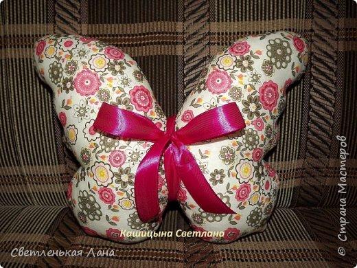 Давно хотела пошить подушку из ткани с летней цветочной расцветкой. Понравилась вот такая идея, декоративная подушка бабочка.