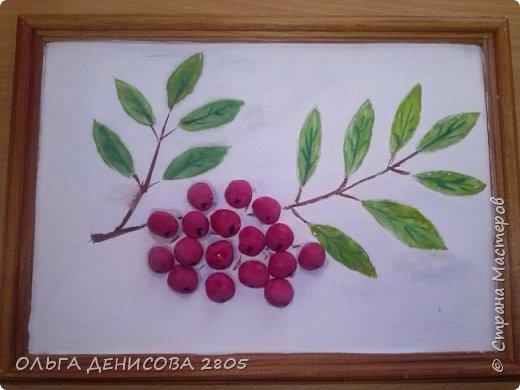 Этой осенью рябины особенно много, прямо ветви гнутся... А у нас получилась поделка - ягоды из соленого теста, листья нарисованы акварелью. Работа Влады, 8 лет
