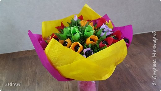 Мой первый букетик из конфет. Делала на юбилей тёти, 55 цветочков. фото 2
