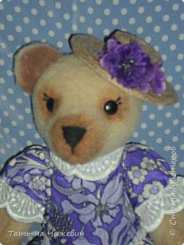 Мишка сшита из кашемира,тонирована маслом. Шляпка из джута,декорирована иск.цветами.Высота игрушки 40 см фото 3