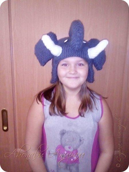 Доброго времени суток всем! Вот такие забавные шапки вяжет моей дочке любимая тетушка. Выдает на гора -- по одной в неделю. Когда дочулька идет по улице прохожие оборачиваются, а ей это безумно нравится! Посмотрите и вы. фото 3