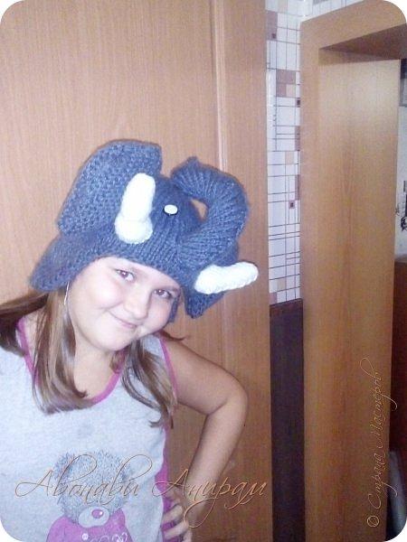 Доброго времени суток всем! Вот такие забавные шапки вяжет моей дочке любимая тетушка. Выдает на гора -- по одной в неделю. Когда дочулька идет по улице прохожие оборачиваются, а ей это безумно нравится! Посмотрите и вы. фото 4