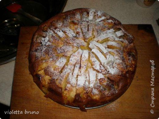 это просто изумительный яблочный пирог!это,наверное,самый лучший пирог,какой я вообще пробовала! Приготовите-не пожалеете!Нежнейший бисквит на котором красуются яблочки! Мокрый,сочный и очень нежный! фото 1