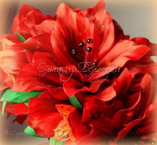 Год назад привлек меня изумительной красоты цветок альстромерия,долго я к нему не решалась подойти),любовалась издали и собирала фото,которые изучала и подробно рассматривала.Да вот только смотреть да рассматривать-это одно,а дело делать -это другое.Без проб и ошибок никак не обойтись,вот я и взялась за практику.     Перед вами  моя третья попытка на сегодняшний день.     Пока тычинки не реалистичные,а самые обычные.Пытаюсь понять:каким именно должен быть шаблон лепестка,как его обработать.... тем не менее выставляю на всеобщее обозрение,к критике готова) фото 14