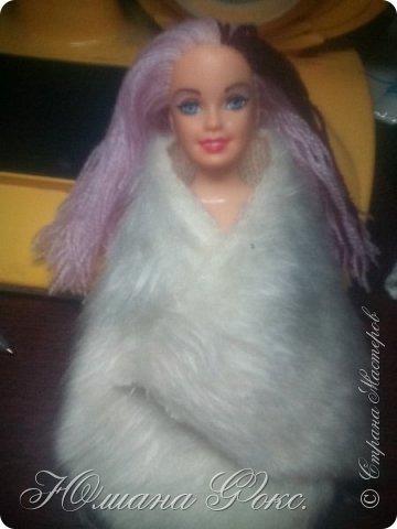 Привет! Сегодня я убиралась в беседке и нашла вот такую красотку, правда она была лысая я ей перепрошила волосы нитками для вязания и сшила для этой милахи свитерок и лосины. Извените что фото плохого качества снимала на телефон!   фото 3